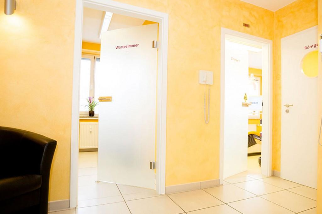 Zahnarzt helle Behandlungsräume